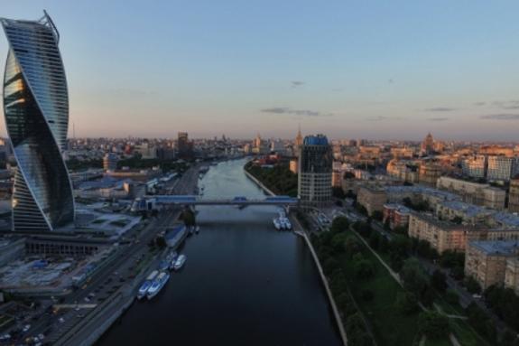 Jaguar сорвался в Москву-реку с набережной