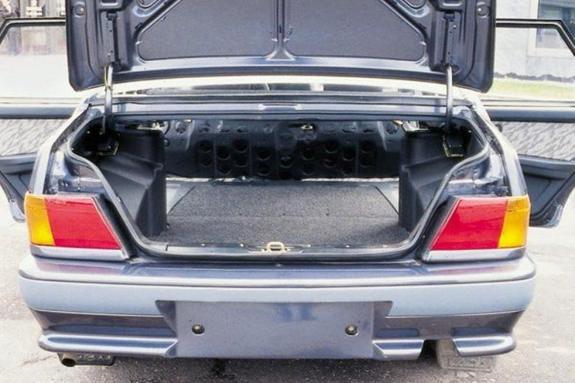 В Сочи из багажника машины на дорогу выпали два ребенка