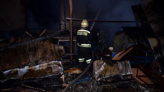Пожарные полночи тушили горящий мебельный склад в Большом Истоке