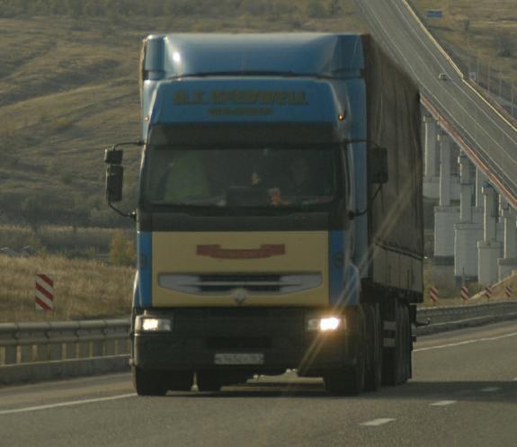 Пять грузовых машин увозят вещи с дачи посольства США в Москве