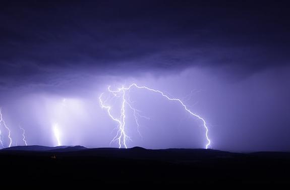 МЧС предупредило москвичей о грозе и порывистом ветре в ближайшее время