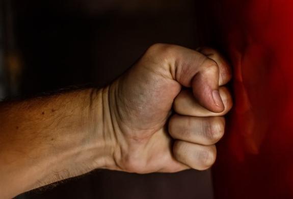 """Следствие: члены """"банды ГТА"""" избивали и душили женщину-конвоира"""