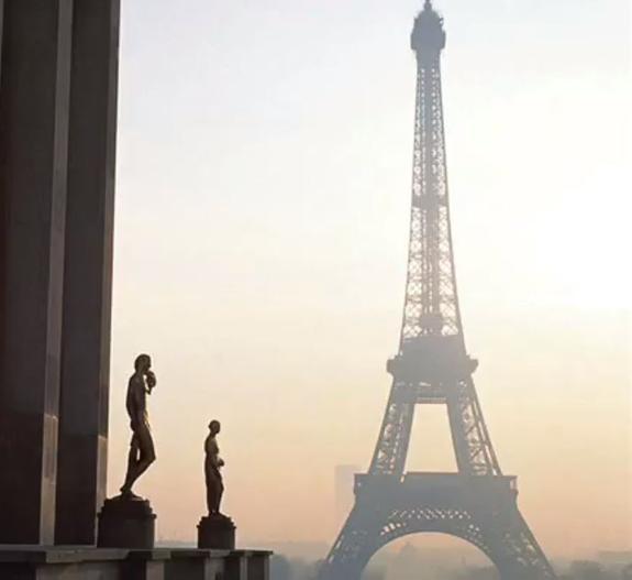 Посетителей эвакуировали из Лувра и закрыли метро