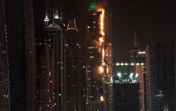 В Дубае загорелся один из высочайших небоскребов в мире (ВИДЕО)