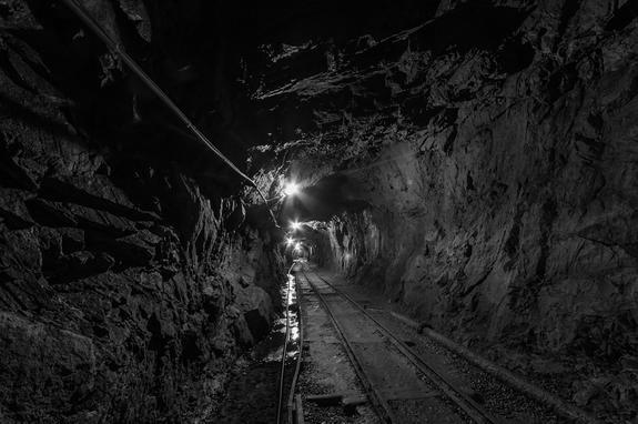 """Воду прорвало в шахту рудника """"Мир"""", где находятся 150 человек"""
