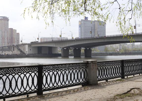 В Москве мужчина прыгнул с моста за упавшими в реку ключами