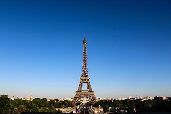 На Эйфелеву башню в Париже пытался прорваться человек с ножом