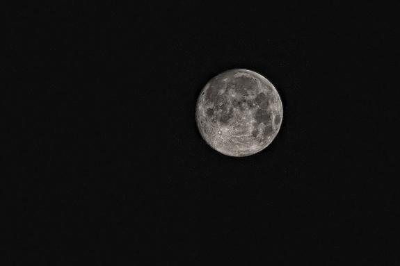 Уфологи разглядели на обратной стороне Луны обломки корабля инопланетян