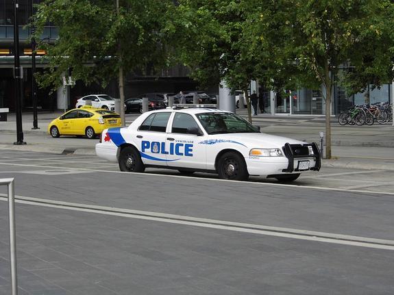 В Канаде грузовик протаранил автомобиль полицейских