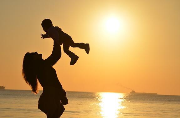 Психологи доказали, что матери больше любят дочерей, чем сыновей