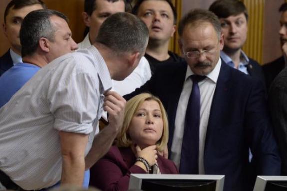 В Раде произошла потасовка, Савченко сломала микрофон Турчинова