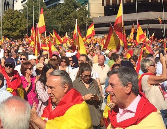Тысячи людей вышли в Барселоне на митинг в защиту единства Испании
