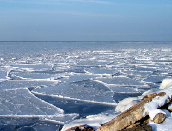 Не повторять! Сеть взорвал ролик купания девушки во льдах Каспийского моря