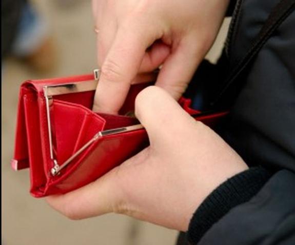 Задержанную зарплату стали выплачивать в Керчи