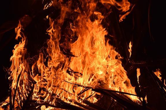 Пожар на корабле в Нагатинской пойме попал на видео