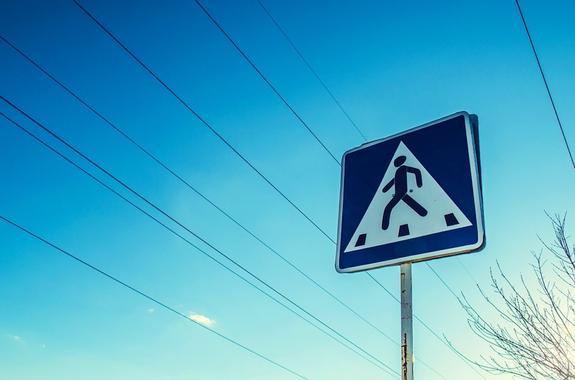 В Санкт-Петербурге на пешеходном переходе девушку сбили сразу две машины
