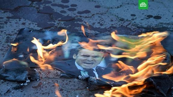 На площади имени Ленина в Симферополе сожгли портреты Трампа, Макрона и Мэй
