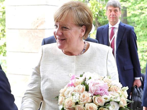 Песков: дарить женщинам цветы — у нас признак хорошего  тона