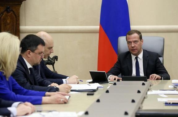 """Медведев призвал министров """"равномерно"""" расходовать бюджетные средства"""