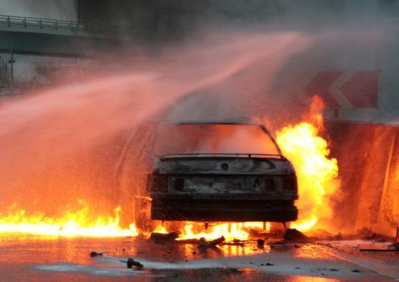 Водитель поливальной машины потушил в Москве горящий автомобиль
