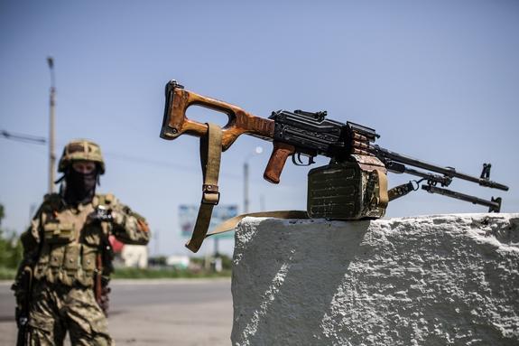 В Донбассе ВСУ и правосеки атаковали друг друга на глазах у Красного креста
