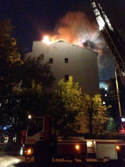 В сети опубликовано видео пожара в доме на Пятницкой в Москве