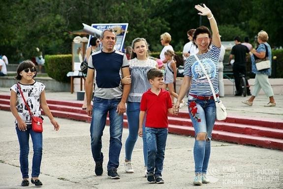 В Керчи прошёл парад тельняшек