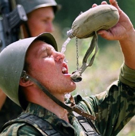 Крымских военных обеспечили новой военной формой, а в жару - питьевой водой