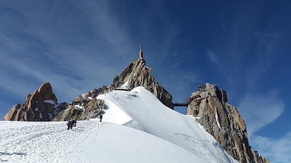 Британскую альпинистку поразили россияне, выпивающие на вершине горы Монблан