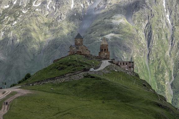 Спасателям удалось спустить с горы Казбек в Грузии туриста из России