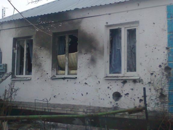 Украинские военные расстреляли дом из крупного калибра