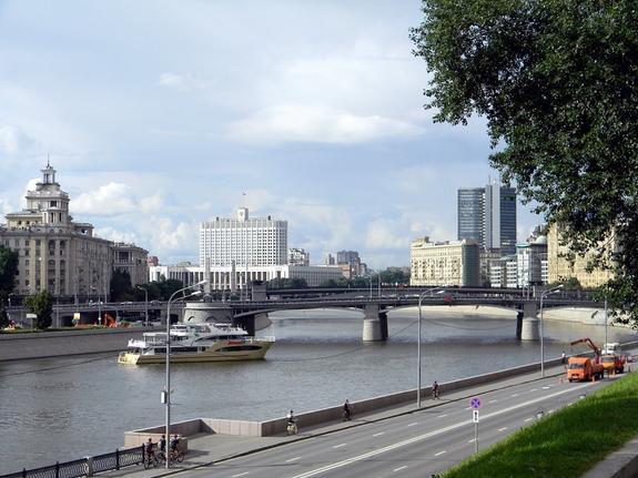 Метеозависимых москвичей предупреждают о резком росте атмосферного давления