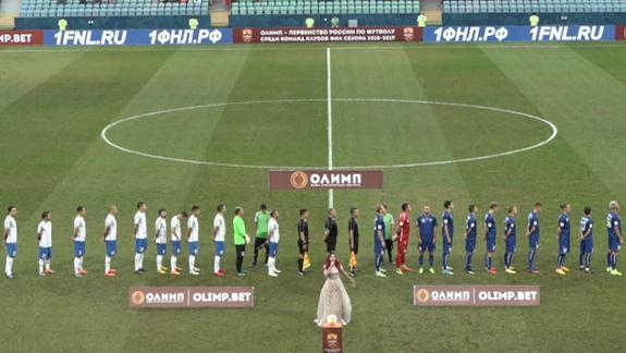 Украинский футболист публично демонстрирует неуважение к флагу и гимну РФ