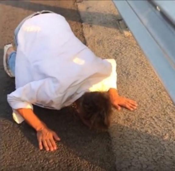 Алексей Панин на Крымскому мосту поцеловал асфальт и поблагодарил президента