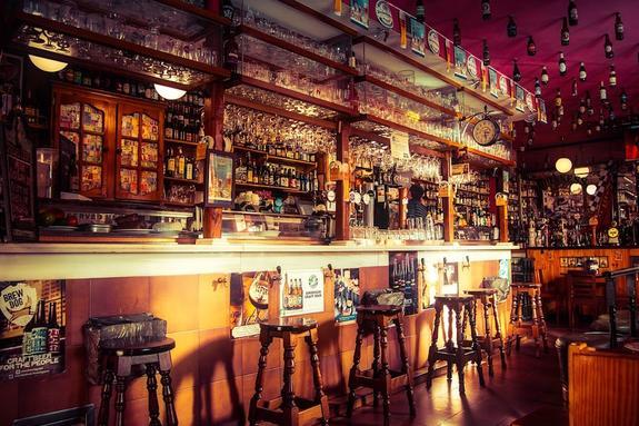 В испанском баре мужчина открыл стрельбу, один человек погиб