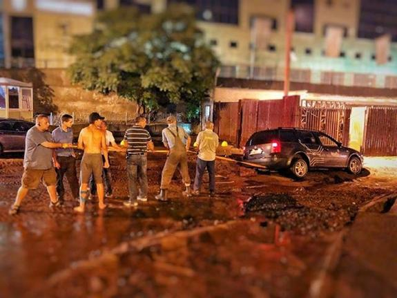 В Киеве из-за ливня образовался провал на дороге