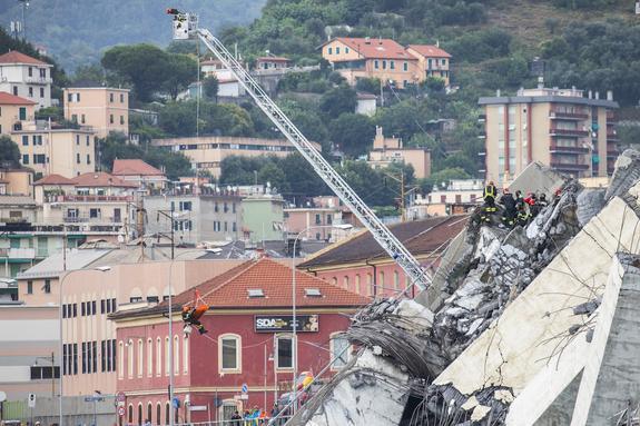 """В Генуе из-за """"странных звуков"""" со стороны рухнувшего моста приостановили работы"""