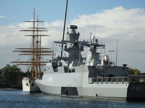 Мантуров сообщил, что Россия не собирается строить свои  вертолетоносцы