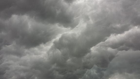 Сотрудники МЧС предупреждают жителей Москвы о резком ухудшении погоды