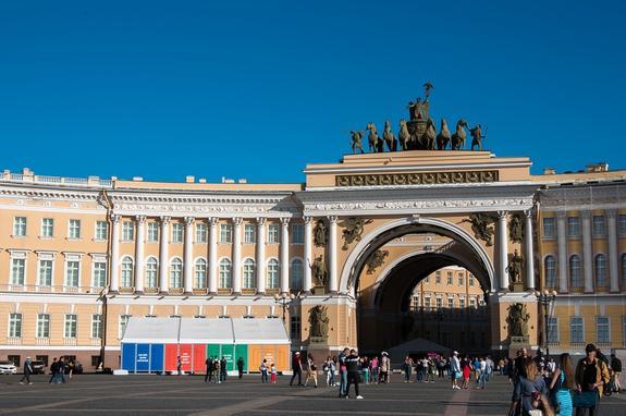 В Петербурге с арки Главного штаба обрушились строительные леса