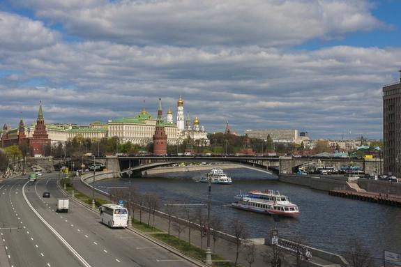 Подросток упал на теплоход с моста в Москве
