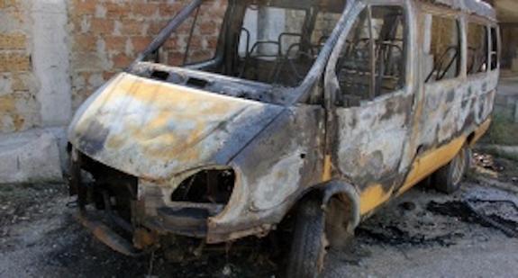 В Севастополе на стадионе «Горняк» подростки подожгли школьный  микроавтобус