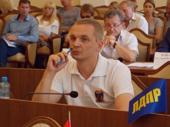 Пресс-служба горсовета Ялты убрала с фото депутата  Е. Мельникова логотип партии