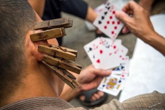 Кассир из Симферополя вытащил из кассы 58 тыс. руб. и проиграл  всё в карты