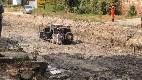 Капитальный ремонт дороги  в Симферополе  утопил в грязи  несколько машин