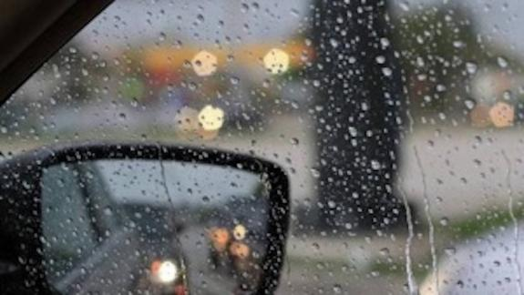 """Жители Крыма  прячут свои авто от """"химического"""" дождя, идущего из Армянска"""