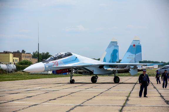 Очевидцы сняли танец в воздухе российского истребителя