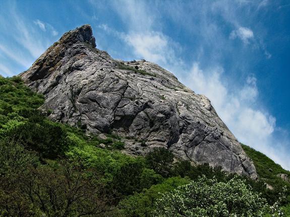 На западе Крыма турист выжил после падения на камни с 15-метровой высоты