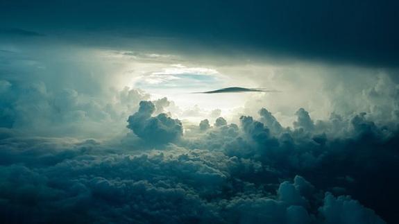 NASA показало на видео необычные светящиеся облака