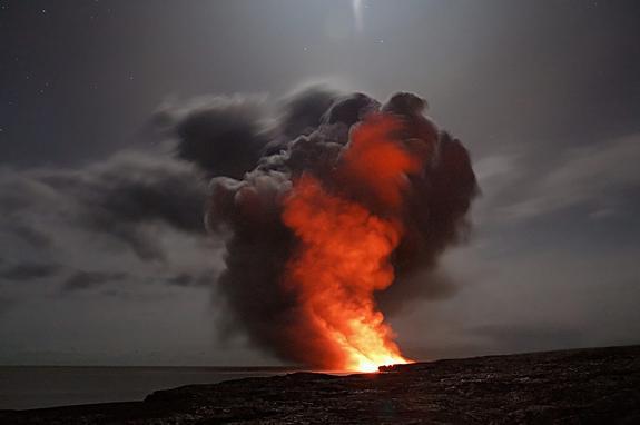 В Азербайджане извергается один из крупнейших грязевых вулканов в мире